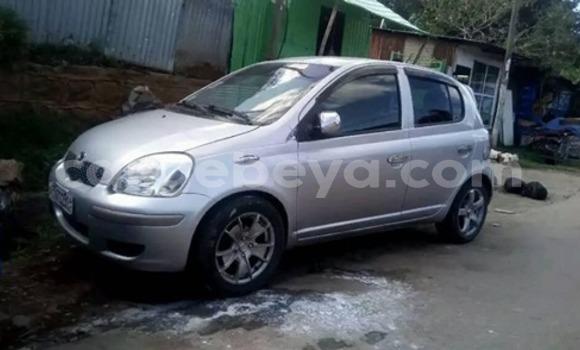 Oofamaa Toyota Vitz Silver Makiinaa iti Addis–Ababa keessatti Ethiopia keessatti