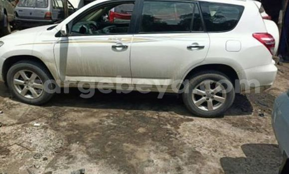 Oofamaa Toyota RAV4 White Makiinaa iti Addis–Ababa keessatti Ethiopia keessatti