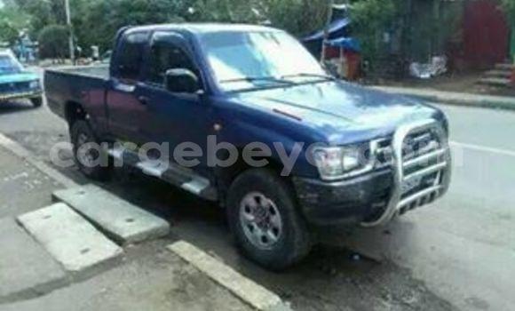 Oofamaa Toyota Hilux Blue Makiinaa iti Addis–Ababa keessatti Ethiopia keessatti