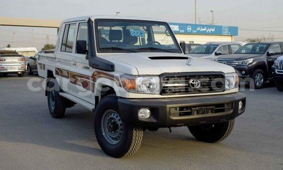 Imported Toyota Land Cruiser White Makiinaa iti Import - Dubai keessatti Ethiopia keessatti