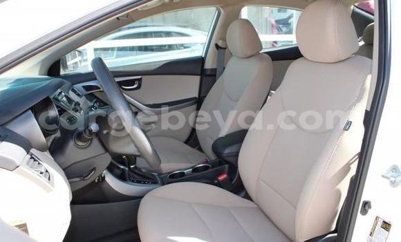 Oofamaa Hyundai Elantra White Makiinaa iti Āsbe–Teferī keessatti Ethiopia keessatti