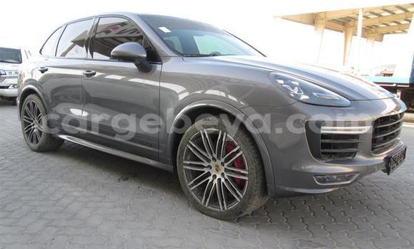 Oofamaa Porsche Cayenne Silver Makiinaa iti Ādīs–Zemen keessatti Ethiopia keessatti